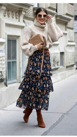 Как и с чем носить: бежевая вязаная водолазка, темно-синяя длинная юбка с цветочным принтом, табачные замшевые сапоги, светло-коричневая кожаная сумка через плечо