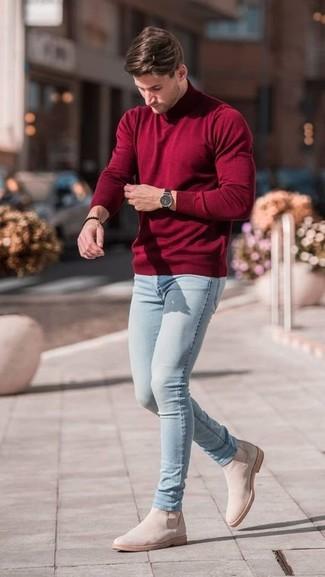 Как и с чем носить: темно-красная водолазка, голубые зауженные джинсы, бежевые замшевые ботинки челси, черные часы