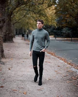 С чем носить черные рваные зауженные джинсы мужчине: Если у тебя планируется сумасшедший день, сочетание серой шерстяной водолазки и черных рваных зауженных джинсов позволит создать функциональный лук в повседневном стиле. Закончив образ черными замшевыми ботинками челси, ты привнесешь в него нотки мужественной элегантности.
