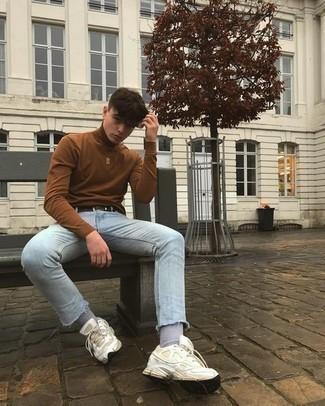 Мода для подростков парней: Если превыше всего ты ценишь удобство и практичность, не обходи стороной это образ из коричневой водолазки и голубых зауженных джинсов. Чтобы лук не получился слишком строгим, можешь завершить его белыми кроссовками.