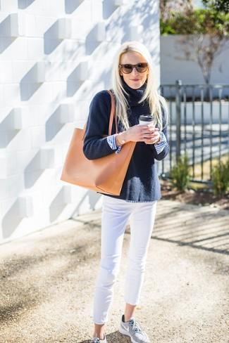Белые джинсы скинни: с чем носить и как сочетать: Если ты ценишь удобство и функциональность, обрати внимание на такое сочетание темно-синей вязаной водолазки и белых джинсов скинни. Поклонницы рискованных вариантов могут дополнить лук серыми кроссовками.