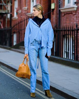 Как и с чем носить: темно-синяя водолазка, синяя классическая рубашка в вертикальную полоску, синие джинсы, оливковые замшевые ботильоны