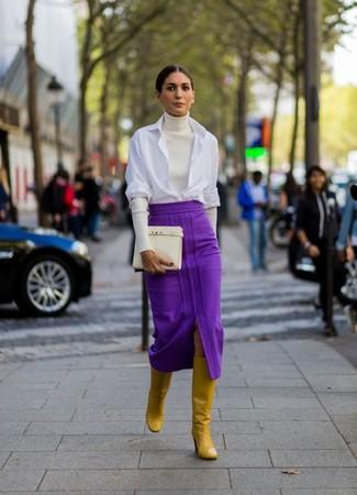 Как и с чем носить: белая водолазка, белая классическая рубашка, пурпурная юбка-миди, горчичные кожаные сапоги