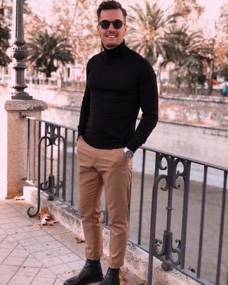 Как и с чем носить: черная водолазка, светло-коричневые классические брюки, черные кожаные ботинки челси, темно-синие солнцезащитные очки