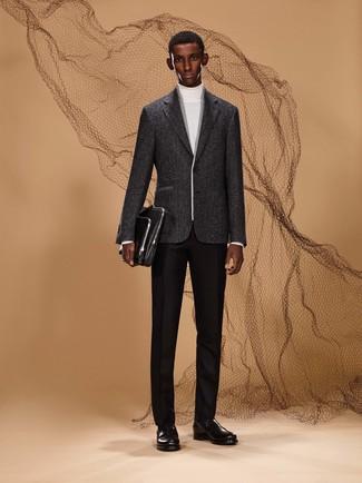 Модный лук: белая водолазка, черные шерстяные классические брюки, черные кожаные лоферы, черный кожаный портфель