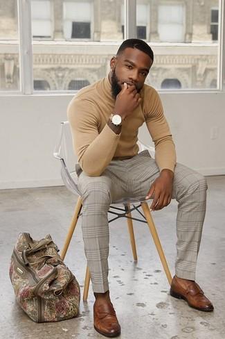 Как и с чем носить: светло-коричневая водолазка, бежевые классические брюки в клетку, коричневые кожаные лоферы, бежевая дорожная сумка из плотной ткани