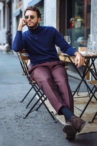 Как и с чем носить: темно-синяя водолазка, темно-красные классические брюки, темно-коричневые замшевые оксфорды, черные солнцезащитные очки