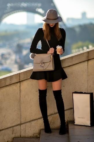 Как и с чем носить: черная водолазка, черная короткая юбка-солнце, черные замшевые ботфорты, бежевая кожаная сумка через плечо