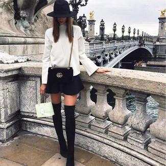 Как и с чем носить: белая водолазка, черная короткая юбка-солнце, черные замшевые ботфорты, черная замшевая сумка через плечо