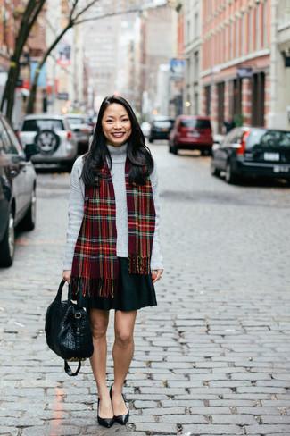 Как и с чем носить: серая водолазка, черная короткая юбка-солнце, черные кожаные туфли, черная кожаная большая сумка