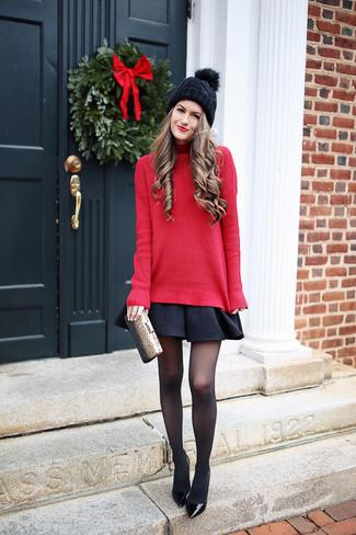 Как и с чем носить: красная вязаная водолазка, черная короткая юбка-солнце, черные кожаные туфли, золотой клатч