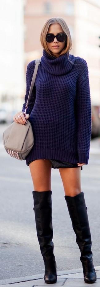 Модный лук: Темно-синяя вязаная водолазка, Черная кожаная стеганая мини-юбка, Черные кожаные ботфорты, Серая кожаная сумка через плечо с шипами