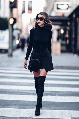Модные женские луки 2020 фото: Подобный наряд из черной водолазки и черной мини-юбки легко повторить, а результат превзойдет все твои ожидания. Черные замшевые ботфорты чудесно впишутся в образ.