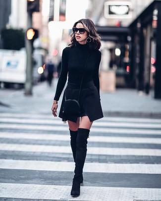 Как и с чем носить: черная водолазка, черная мини-юбка, черные замшевые ботфорты, черная замшевая сумка через плечо