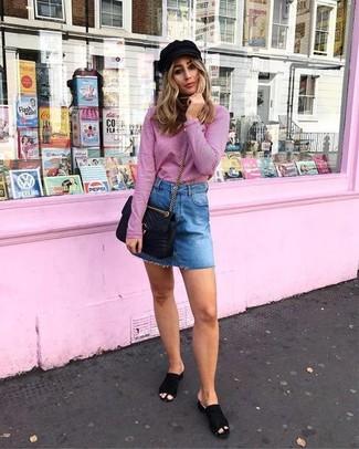 Как и с чем носить: розовая водолазка, синяя джинсовая мини-юбка, черные замшевые сабо, черная кожаная стеганая сумка через плечо