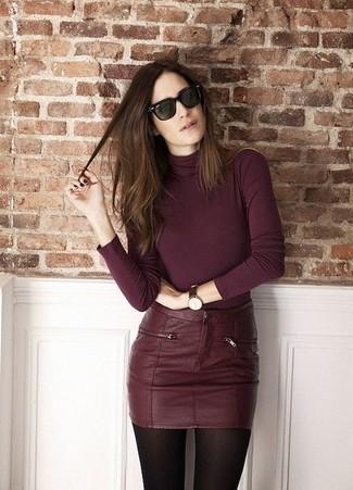 Как и с чем носить: темно-красная водолазка, темно-красная кожаная мини-юбка, темно-зеленые солнцезащитные очки, темно-коричневые кожаные часы