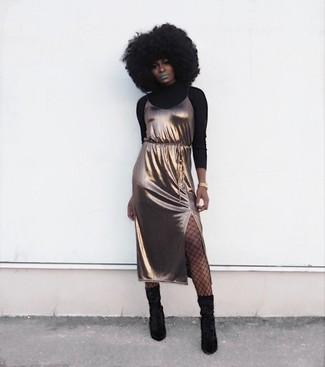 Как и с чем носить: черная водолазка, золотое шелковое платье-комбинация, черные замшевые полусапоги, золотые часы