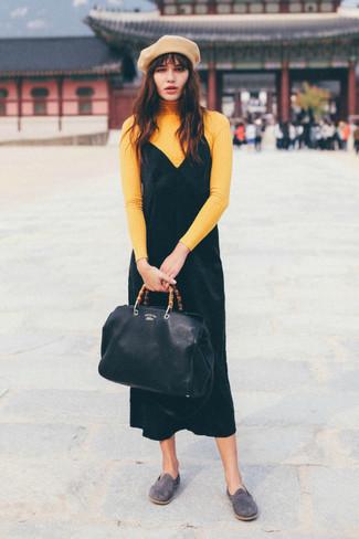 Как и с чем носить: желтая водолазка, черное бархатное платье-майка, серые замшевые лоферы, черная кожаная большая сумка