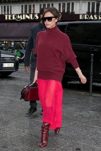 Как и с чем носить: темно-красная шерстяная водолазка, ярко-розовое шифоновое платье-макси, темно-красные кожаные сапоги, темно-красная кожаная сумка-саквояж