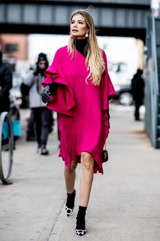 Как и с чем носить: черная водолазка, ярко-розовое платье прямого кроя с рюшами, бело-черные замшевые туфли в горошек, черная кожаная сумочка