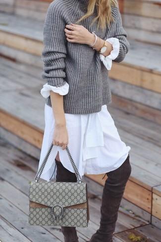 Как и с чем носить: серая вязаная водолазка, белое платье-рубашка, темно-серые замшевые ботфорты, бежевая сумка-саквояж из плотной ткани