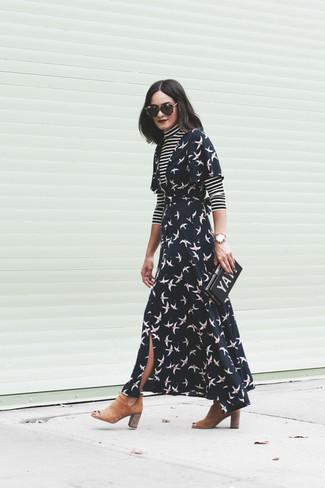 Как и с чем носить: черно-белая водолазка в горизонтальную полоску, черное платье с запахом с принтом, светло-коричневые замшевые ботинки челси, черный клатч с принтом