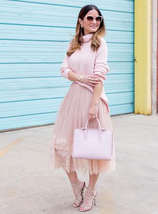 Как и с чем носить: розовая вязаная водолазка, розовая пышная юбка из фатина, бежевые кожаные босоножки на каблуке, розовая кожаная большая сумка