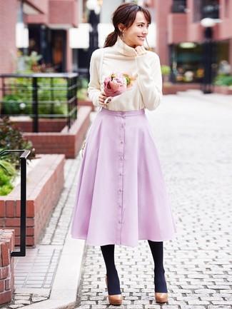 Как и с чем носить: бежевая водолазка, розовая пышная юбка, коричневые кожаные массивные туфли, белая кожаная сумка через плечо