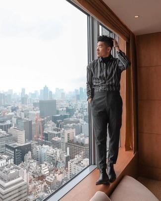 С чем носить черную водолазку мужчине: Черная водолазка и черные брюки чинос в вертикальную полоску будет превосходной идеей для непринужденного ансамбля на каждый день. Не прочь сделать лук немного элегантнее? Тогда в качестве обуви к этому ансамблю, обрати внимание на черные кожаные ботинки челси.