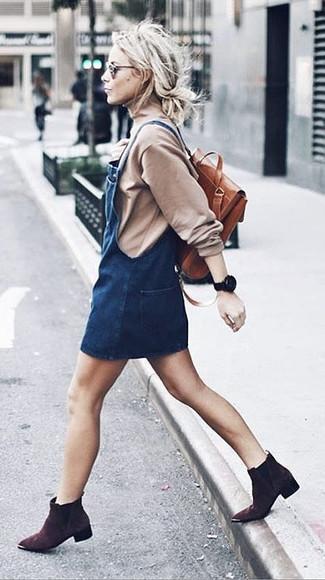 Как и с чем носить: бежевая водолазка, темно-синий джинсовый сарафан, темно-коричневые замшевые ботильоны, табачный кожаный рюкзак
