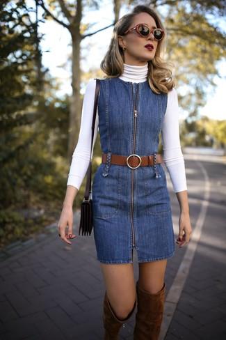 Как и с чем носить: белая водолазка, синий джинсовый сарафан, коричневые замшевые ботфорты, черная кожаная сумка через плечо