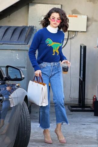 Как и с чем носить: белая водолазка, синий свитер с круглым вырезом с принтом, синие джинсовые брюки-кюлоты, розовые замшевые туфли