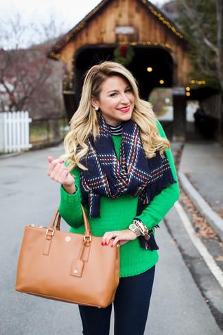 Светло-коричневая кожаная большая сумка: с чем носить и как сочетать: Если в одежде ты делаешь ставку на удобство и функциональность, темно-сине-белая водолазка в горизонтальную полоску и светло-коричневая кожаная большая сумка — отличный вариант для привлекательного ансамбля на каждый день.