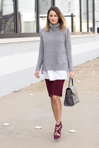 Как и с чем носить: серая вязаная водолазка, белая туника, темно-красная юбка-карандаш, темно-красные замшевые туфли