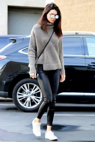 Как Kendall Jenner носит Серая вязаная водолазка, Черные кожаные узкие брюки, Белые низкие кеды, Черная кожаная сумка через плечо