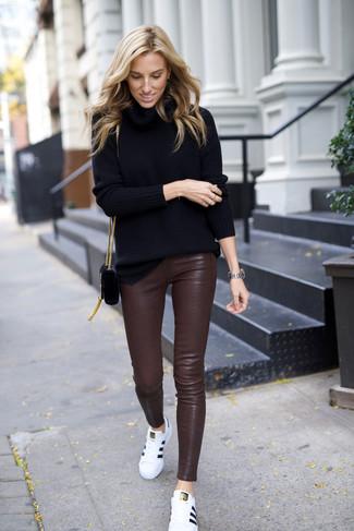Как и с чем носить: черная водолазка, темно-коричневые кожаные узкие брюки, белые кожаные низкие кеды, черная замшевая сумка через плечо