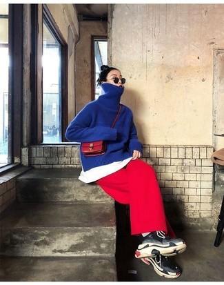 Как и с чем носить: синяя водолазка, белая футболка с круглым вырезом, красные брюки-кюлоты, черные кроссовки