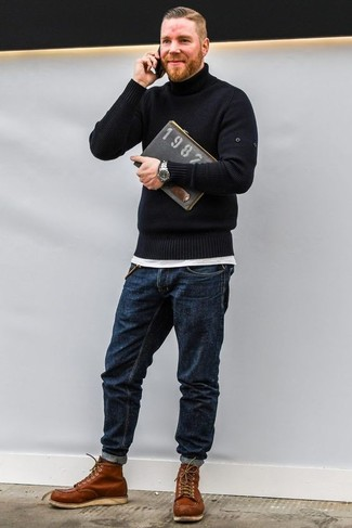 Как и с чем носить: черная водолазка, белая футболка с круглым вырезом, темно-синие джинсы, табачные кожаные рабочие ботинки