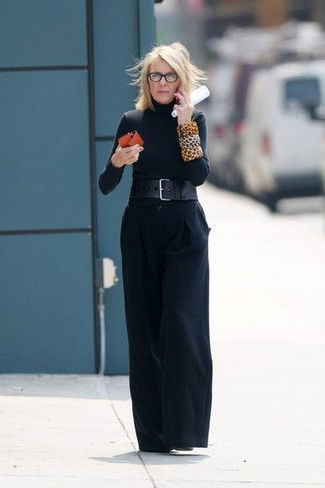 Как и с чем носить: черная водолазка, черные широкие брюки, черные кожаные ботильоны, черный кожаный пояс