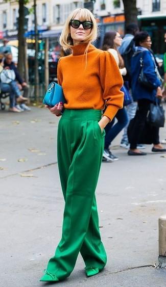 Как и с чем носить: оранжевая вязаная водолазка, зеленые широкие брюки, зеленые сатиновые туфли, бирюзовый кожаный клатч