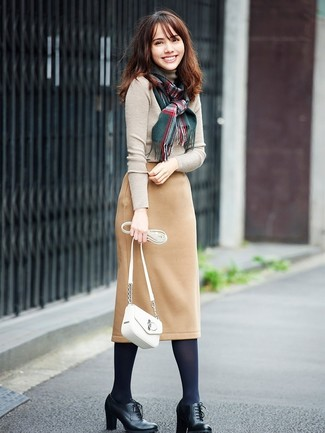 Как и с чем носить: бежевая водолазка, светло-коричневая шерстяная юбка-карандаш, черные кожаные ботильоны на шнуровке, белая кожаная сумка через плечо