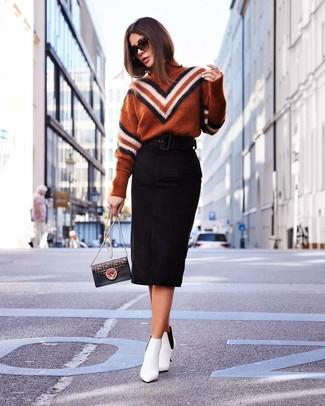 Как и с чем носить: табачная водолазка с узором зигзаг, черная замшевая юбка-карандаш, белые кожаные ботильоны, черная кожаная сумка через плечо с принтом