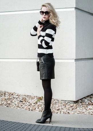 Модные женские луки 2020 фото: Дуэт черно-белой водолазки в горизонтальную полоску и черной кожаной юбки-карандаш позволит выглядеть аккуратно, а также выразить твою индивидуальность. Вкупе с этим образом органично будут выглядеть черные кожаные ботильоны.
