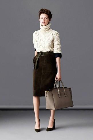 Модный лук: Бежевая вязаная водолазка, Темно-коричневая бархатная юбка-карандаш, Оливковые замшевые туфли, Серая кожаная большая сумка