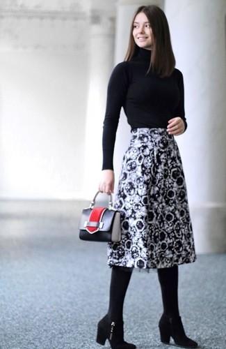 Как и с чем носить: черная водолазка, черно-белая юбка-миди с принтом, черные замшевые ботильоны, черная кожаная сумочка