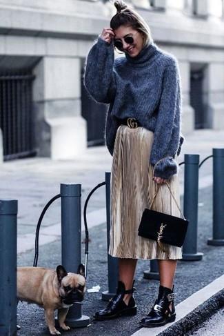 Как и с чем носить: темно-серая шерстяная вязаная водолазка, золотая юбка-миди со складками, черные кожаные ботильоны с вырезом, черный замшевый клатч