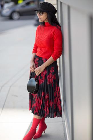 Как и с чем носить: красная водолазка, красно-черная юбка-миди с цветочным принтом, красные ботильоны на резинке, черный кожаный клатч