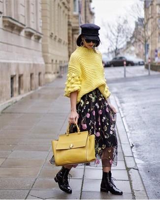 Как и с чем носить: желтая вязаная водолазка, черная шифоновая юбка-миди с цветочным принтом, черные кожаные ботинки на шнуровке, желтая кожаная сумка-саквояж