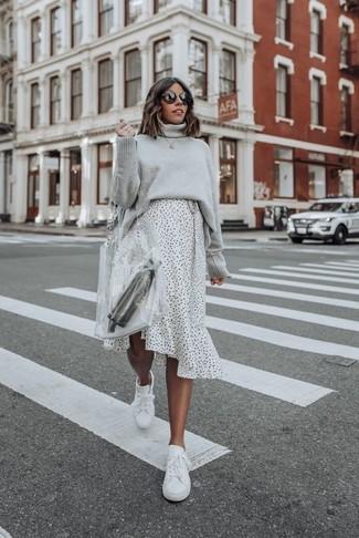 Как и с чем носить: серая вязаная водолазка, бело-черная юбка-миди в горошек, белые кожаные низкие кеды, прозрачная резиновая большая сумка