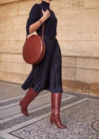 Как и с чем носить: черная водолазка, черная юбка-миди со складками, табачные кожаные сапоги, табачная кожаная сумка через плечо
